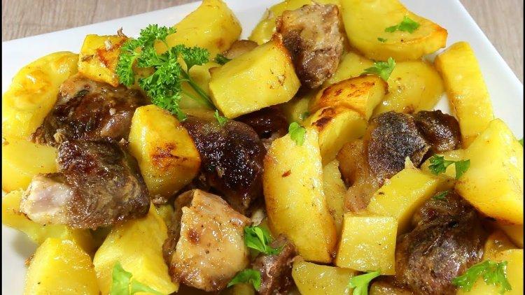 Задушени картофи със свинско на тиган
