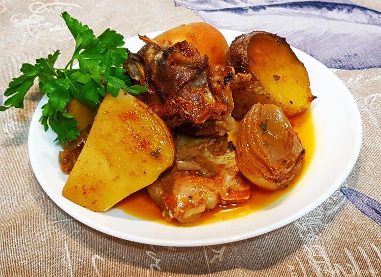 Агнешки гювеч с картофи и зелен лук