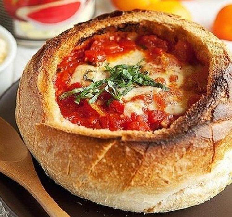 Доматена супа с чесън в хляб
