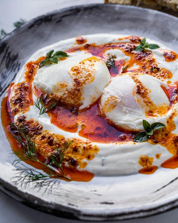 Забулени яйца със сос